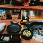 肉割烹 藤わら - カウンター焼肉て新鮮