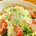 bisteria-odebu - 温玉のせアボカドとトマトのサラダ バジルドレッシング