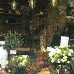 ル・シュクレクール - 店内にはテーブルも!オープンのお祝いの花が、たくさん並んでいます!!