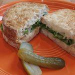 ネイバーフッド アンド コーヒー - サーモン ポテト タルタル サンドイッチ