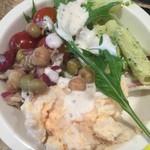 J.S. BURGERS CAFE - 平日ランチだったこともありサラダバーでお得ですね。サラダも美味しかったです。