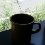 タイニー ガーデン キッチン - マグカップ越しに見えるハーブ。