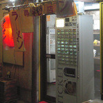 ラーメン専門店 和 - 入り口と券売機
