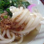 東筑軒 - 麺はわりとコシがある。かしわの汁が染みて少し甘めの液。
