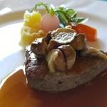 51126212 - 国産牛フィレ肉のステーキ、茸を添えて、マデラソース