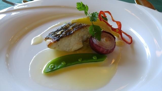 メインダイニングルーム 三笠 - 本日の魚料理 スズキのポワレ 白ワインとバターのソース