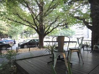 Royal Garden Cafe 青山 - '10/9月テラス席を店側から見る