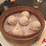 赤坂飯店 - アラカルトで小籠包を注文。  鼎泰豊には負けるなぁ!