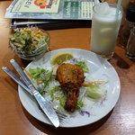 ハヌマン - ハヌマンスペシャルセット(ランチ) 1190円のタンドリーチキンとサラダ