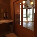 清泉寮新館レストラン - 脱衣所から見た温泉