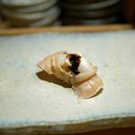 すし家 - 【にぎり】穴子の煮汁を使ったツメを塗った煮蛤