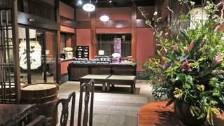 東京 芝 とうふ屋うかい - お土産に買える器が並ぶ