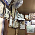 福寿美手打生そば処 - 雑雑としたアイテムが飾られている。