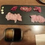吉法師 - 鶏刺し5種盛り、1,500円くらいやったと思う。