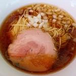 煮干乱舞 - 【限定】豚そば 500円 三元豚の煮汁とカエシのみとは思えない深い味わい。チャーシューもふっくらで秀逸です。