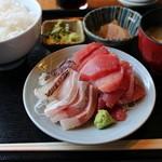 和鮮 しんま - 三点盛合せ丼 700円。