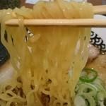 51155364 - 麺は、多加水中細縮れ麺で、食感重視!スープと麺の一体感は、スープの強い出汁感に救われています。