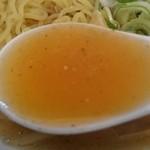 51155366 - うどんの汁に動物性脂を加えたスープは、節の味わいと香りが強調された和風スープです。