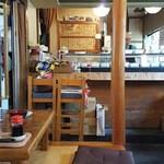 菊寿司 - 小上がりからカウンターを見たところ