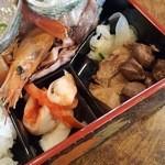 菊寿司 - 下の段。奥にも入っている