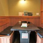 こもつ商店 - 個室的に仕切られたテーブルで、プライバシーが保てます