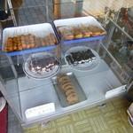 照井菓子店 - ショーケース!経木まんじゅうは品切れでした(´・ω・')