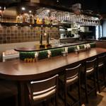 ガンジス and メコン - 当店自慢のバーカウンターです。ゆっくり美味しいお酒をお楽しみください!