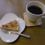 カフェ ら・ら・ら - グラノーラのチーズケーキ?とホットコーヒー