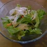カフェ ら・ら・ら - チキンと人参の甘口カレーに付属の小サラダ