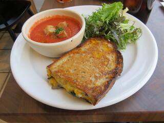 ガーデンハウス クラフツ - ロースト・マッシュルームとグリルド・チーズのサンド、冷製トマトスープ、サラダ1