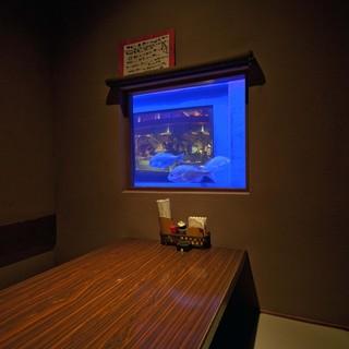 泳ぐ魚が眺められる人気の個室