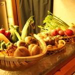 ろばた焼きと旬魚、土鍋ご飯 もへじ - カウンターに彩りよく盛られた旬の野菜。シンプルにろばた焼きが最高にうまい。