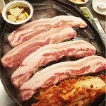 韓国料理 貝料理専門店  海家  - 豚バラ肉をお店の人が焼いてくれます。