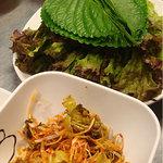 韓国料理 貝料理専門店  海家  - えごまの葉とコチュジャンであえたネギ。