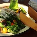 エスメラルダ - 地元の海鮮たっぷりサラダ