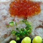 三松寿司 - 下はネギトロとイクラ