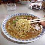 楽亭 - 麺アップ