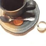 はまの屋パーラー - コーヒーには小菓子(ビスケット)が。