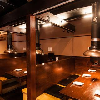 【テーブル席】暖簾で仕切られており、仕切りを取れば最大18名様まで可能。宴会など