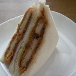 サンドイッチのタナカ - チキンカツサンド(280円)。ちなみに白いお皿はヤ○ザキ製(苦笑)