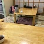 さかな屋さん - 小上がりにテーブル2つ、相席あり