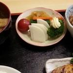 まんじ - 小鉢と漬物も美味しい。 2016.5