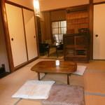 カフェホーム - 座敷席の奥に半個室状態のソファ席