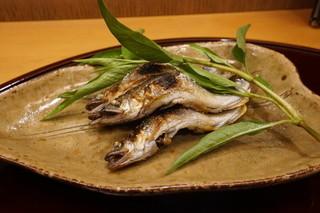 赤坂 詠月 - 琵琶湖産稚鮎にたれのは(葉っぱだけ食べる)