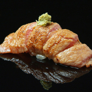 【天然本鮪の大トロ炙り】全て味をつけて独自の技法で握る鮨♪
