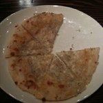 星降る食卓 - ナンの種類ロティが生地の「白いピザ」!!もっちり感が・・・