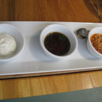 ヴィラデスト ガーデンファーム アンド ワイナリー - 骨つき「安曇野酵母豚」の炭火焼き用のソースは、3種類