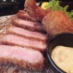 とんかつ マンジェ - 洋食好きな方なら特にオススメの「上ロースとんかつチョイス定食」アップ。実に美味そうです。