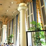グリーンハウス - 天井まで届く椰子の木の意匠
