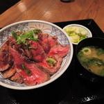 ひかり屋 - お友だちが注文したのは、 ローストビーフ丼 1080円(税別) (味噌汁、香物) ※味噌汁、香物はおかわり自由。